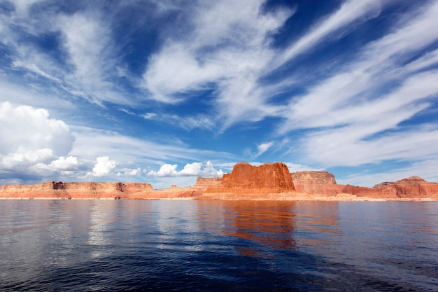 パウエル湖の滑らかな水に映る絵のように美しい赤い崖