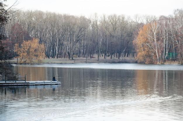 ミンスクビクトリーパークの絵のように美しい川スヴィスロッホ