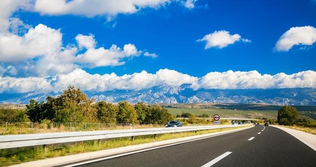 Живописная дорога с горами вдалеке где-то в хорватии
