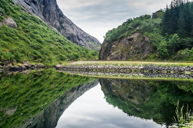그림 같은 바위가 맑은 물, lofoten 군도, nordland 카운티, 노르웨이에 반영됩니다.