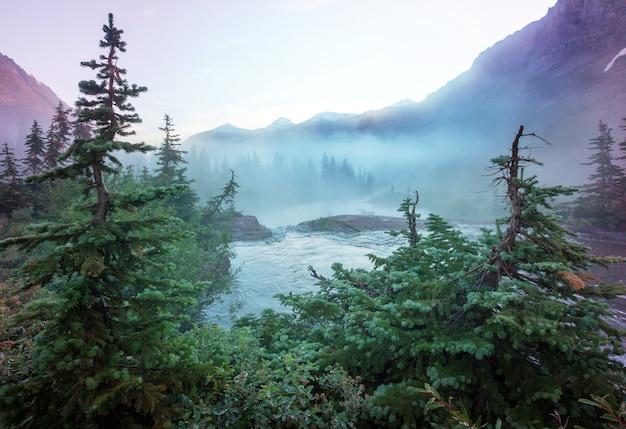 빙하 국립 공원, 몬태나, 미국의 그림 같은 바위 봉우리. 아름다운 자연 경관.