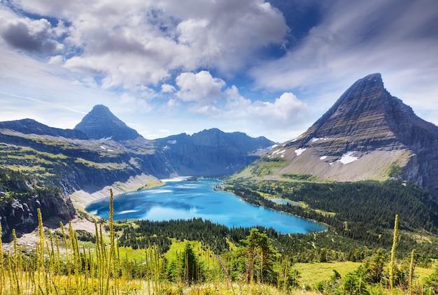米国モンタナ州グレイシャー国立公園の絵のように美しい岩山。美しい自然の風景。