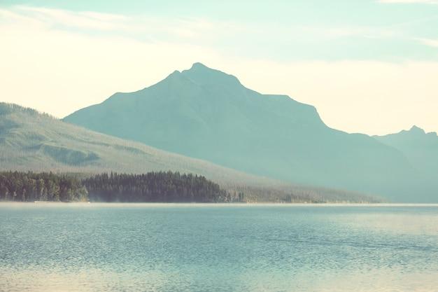 米国モンタナ州グレイシャー国立公園の絵のように美しい岩山 Premium写真