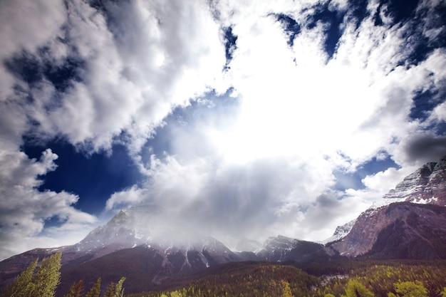 米国モンタナ州グレイシャー国立公園の絵のように美しい岩山