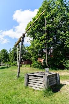 Живописный сельский пейзаж с колодцем журавль