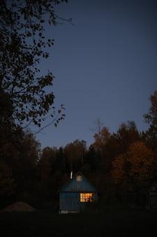 저녁에 목조 시골 농가가 있는 그림 같은 시골 풍경