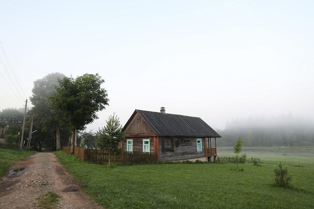 Живописный деревенский пейзаж с деревянным домом на восходе солнца