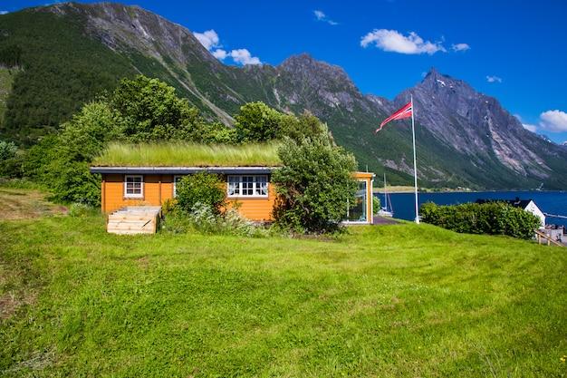 Живописная сцена деревни урке и фьорда хьорунд-фьорд, норвегия.