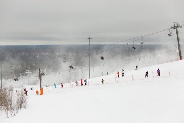 러시아 겨울 스포츠 리조트에 종사하는 사람들의 그림 같은 풍경.