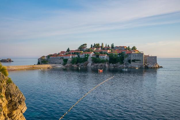 Живописный маленький остров святого стефана в адриатическом море.