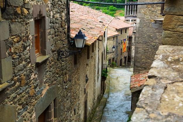 Живописная улица в каталонском городе. rupit i pruit