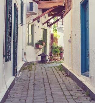Живописная улица в традиционном турецком средиземноморском стиле в старом городе