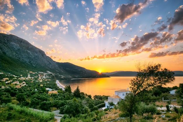 Живописный восход солнца на пляже барбати в корфу, греция