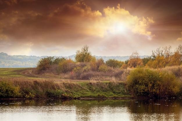 秋の川に沈む美しい夕日