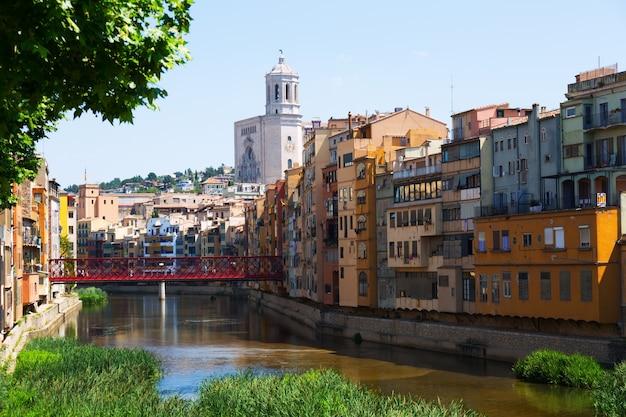 Vista pittoresca di girona con il fiume in una giornata di sole
