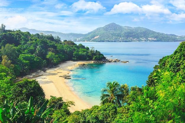 Живописный вид на андаманское море на острове пхукет, таиланд. вид через джунгли на красивый залив и горы. тропический пляж лаем сингх.