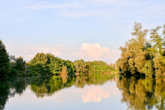 Живописный вид на реку брента в северной италии