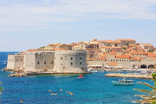 Живописный вид на старый город дубровника на средиземном море в хорватии, европе