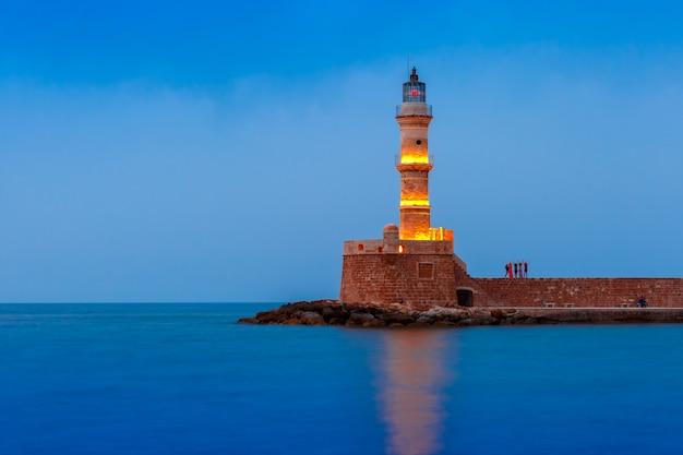 황혼의 푸른 시간, 크레타, 그리스 동안 chania의 오래 된 항구에서 등 대의 그림보기