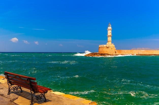 황혼의 푸른 시간, 크레타, 그리스 동안 chania의 등 대와 오래 된 항구의 그림보기