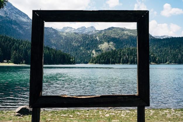 나무 프레임을 통해 호수의 그림 같은보기