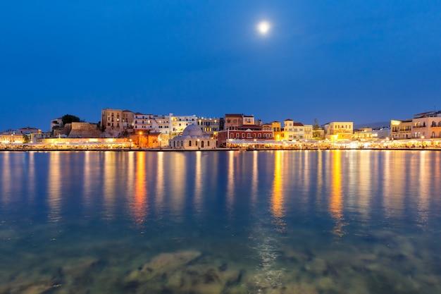 月明かりに照らされた夜、クレタ島、ギリシャでハニアパシャモスクとハニアのヴェネツィアの岸壁の美しい景色