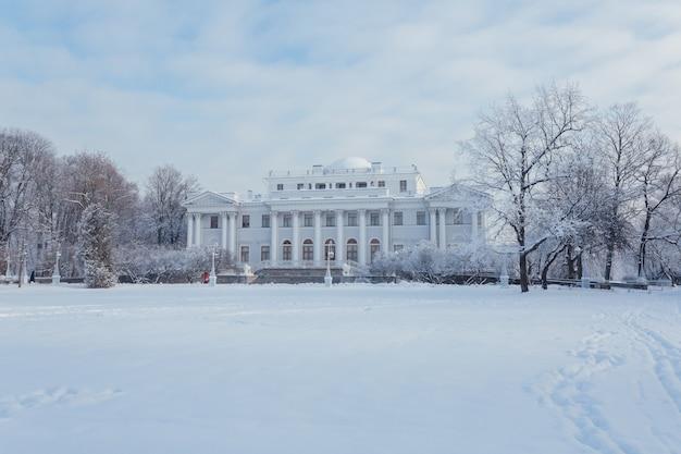 Живописный белый дворец в зимнем санкт-петербурге.