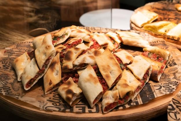 Pide는 나무 접시에 조각으로 자른 터키식 피자입니다. 국가 터키 요리 베이커리