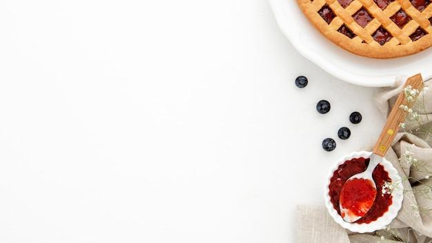 Пирог и варенье в миске
