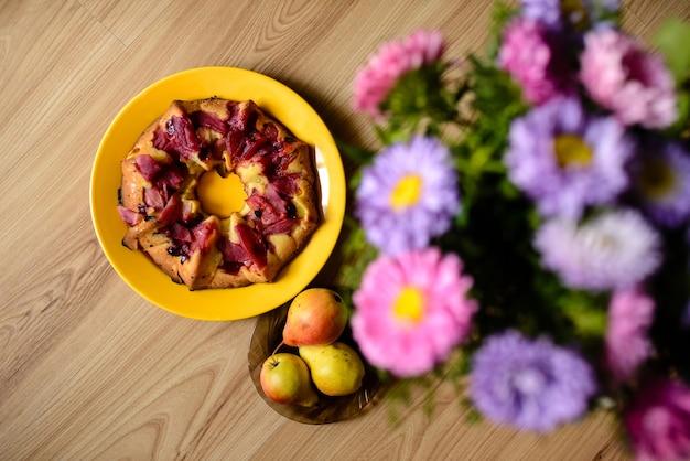 Пирог десертный с цветами вид сверху