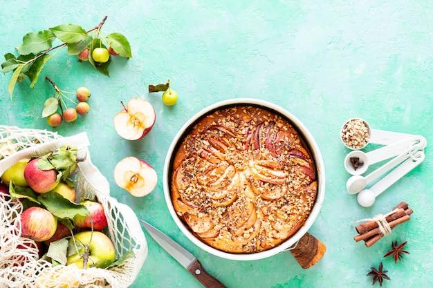 사과와 녹색 돌 배경에 재료와 파이. 평면도.