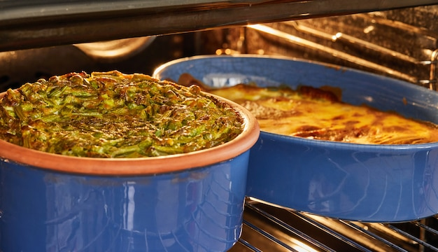 焼いた後、ベーキング皿にアスパラガスとエンドウ豆を入れてパイします。ステップバイステップのレシピ。