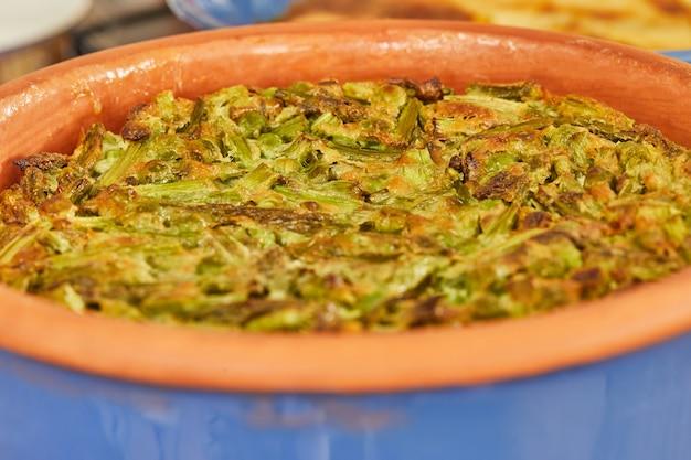 ベーキング皿にアスパラガスとエンドウ豆を入れてパイ。ステップバイステップのレシピ。