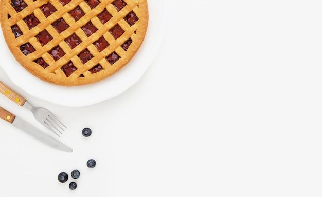 Torta con marmellata di frutti di bosco copia spazio