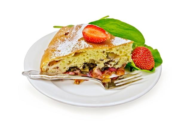 白い背景で隔離のフォークと皿にイチゴとスイバとパイ