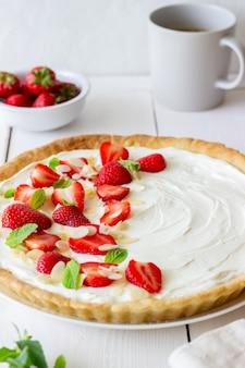 Клубничный торт с сыром маскарпоне, миндалем и мятой. пирог. чизкейк. pie. вегетарианская пища. рецепт блюда.