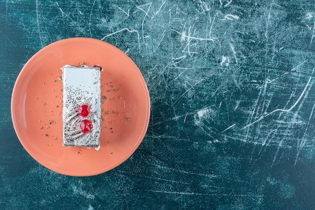 Un pezzo di deliziosa torta con frutti di bosco su un piatto arancione. foto di alta qualità