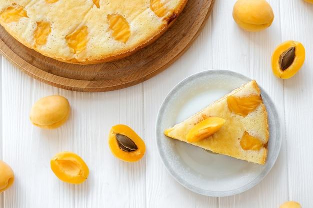 フルケーキとアプリコットフルーツのアプリコットパイのピースティータイムの夏のケーキの簡単レシピ