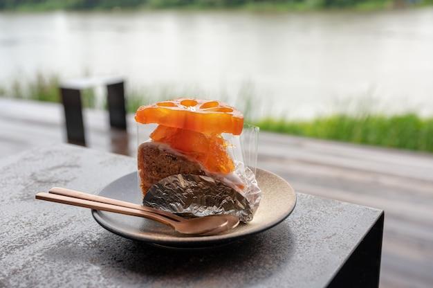 バエルのフルーツケーキとスプーンの皿に