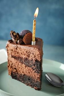 テーブルの上の誕生日チョコレートケーキの一部