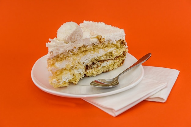 オレンジ色に分離されたケーキのクローズアップ