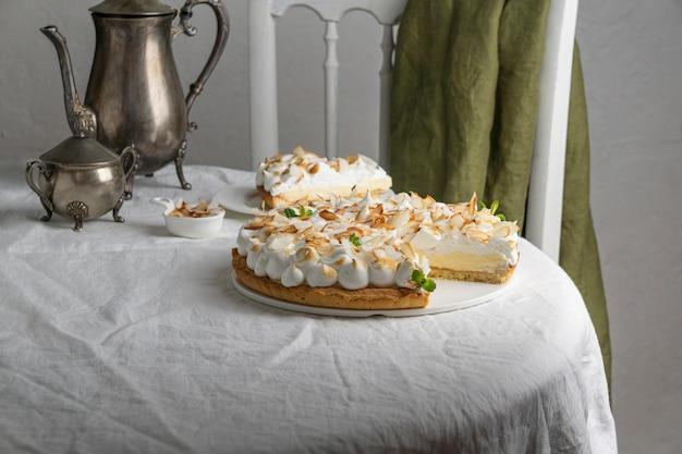 접시 높은 각도에 케이크 조각