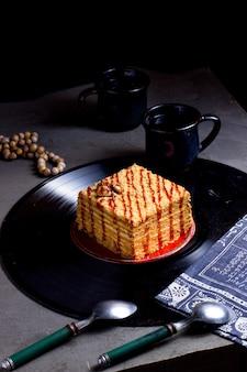 ソースをかけたケーキ