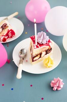 Кусок торта со свечой
