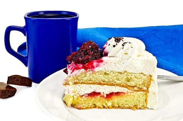 プレートに白いクリームと赤いゼリー、青いマグカップ、ナプキンが分離されたケーキ