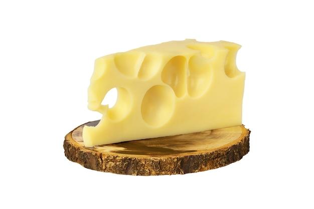 白で隔離の木板のチーズのかけら