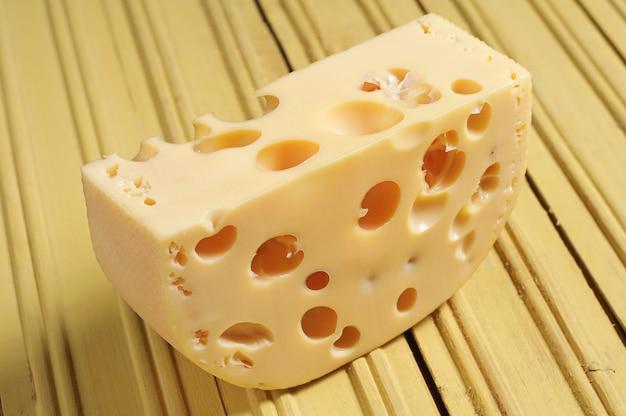노란 나무 바탕에 치즈 조각