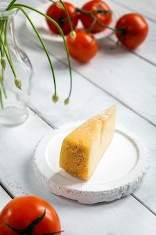 나무 보드에 토마토와 치즈 조각, 치즈 샘플, 컷 치즈 프리미엄 사진
