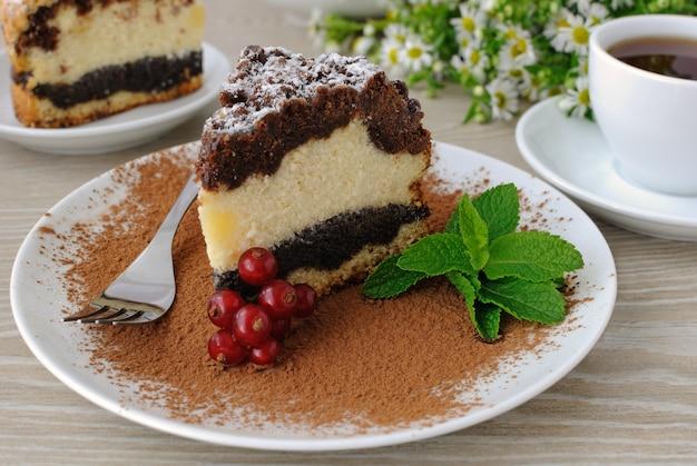 커피에 양귀비 층이 있는 치즈 케이크 파이 조각