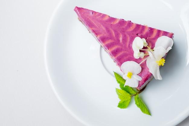白い背景の上の白いプレートにブルーベリーとチーズケーキの作品。 。上からの眺め。
